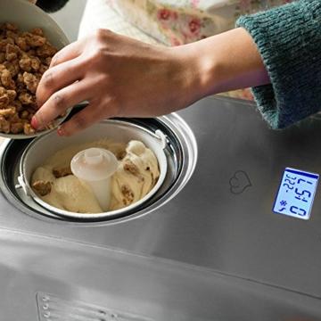 springlane-kitchen-eismaschine-emma-beim-eis-machen