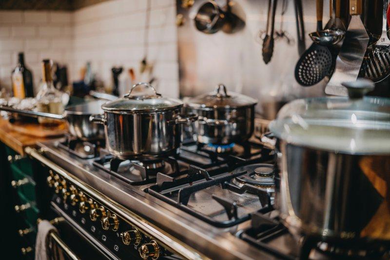 Kochtöpfe auf Gaskochfeld