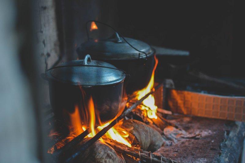 Kochtöpfe auf offener Flamme