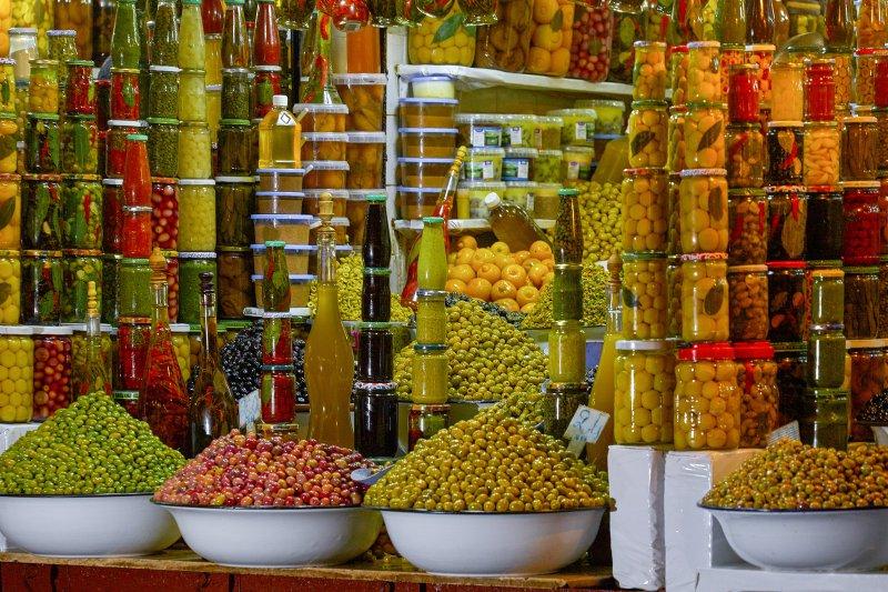 Viele konservierte Früchte in Einmachgläsern