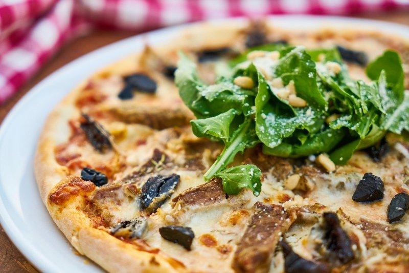 Pizza auf einem Teller