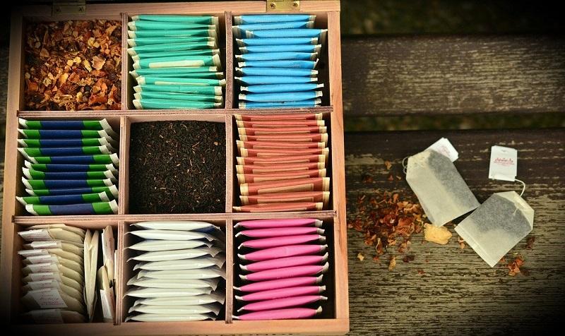 Teekasten mit losem Tee und Teebeuteln