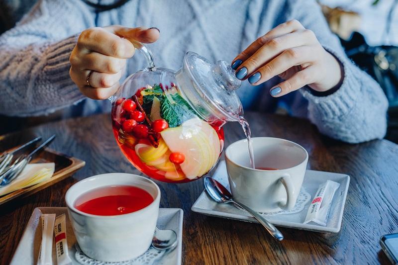 Teekanne mit frischen Früchten