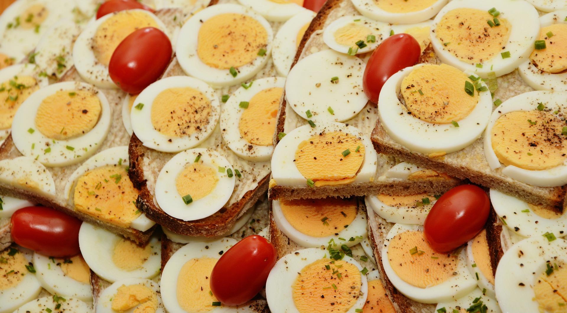 geschnittene Eier auf Broten