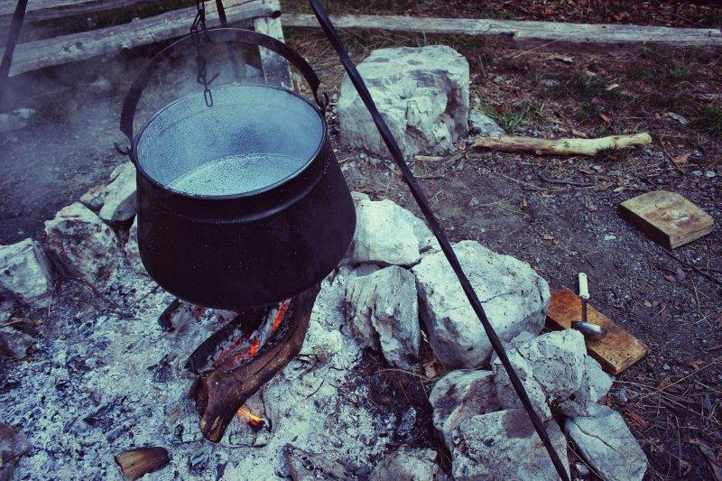 Kochtopf über dem Lagerfeuer