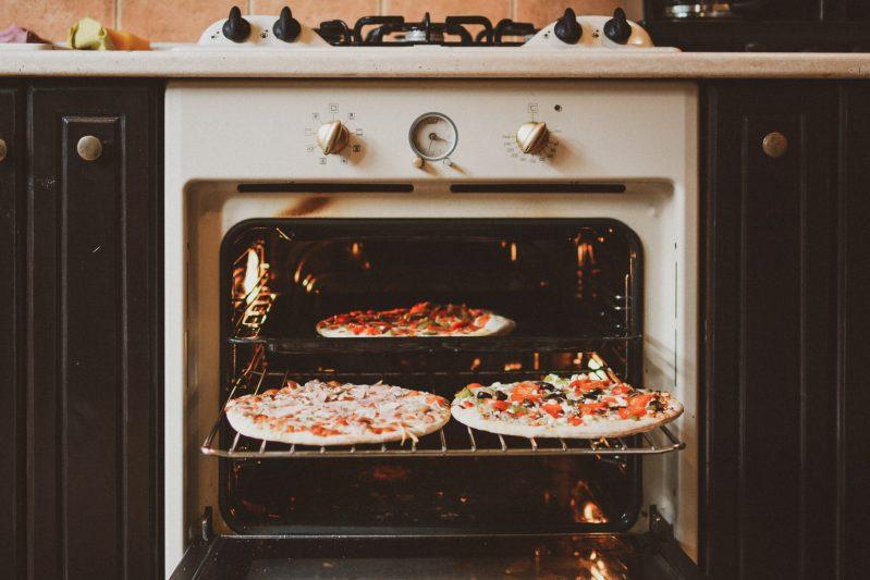 Pizzen auf Blech im Backofen