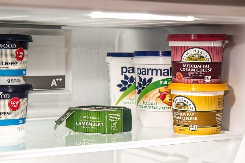 Verschiedene Lebensmittel stehen in einem Kühlschrank
