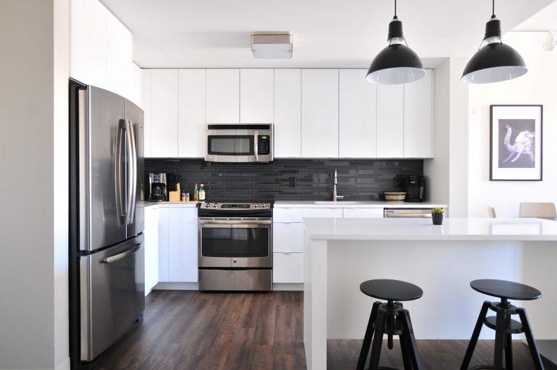 Standkühlschrank ist in eine moderne Küche integriert