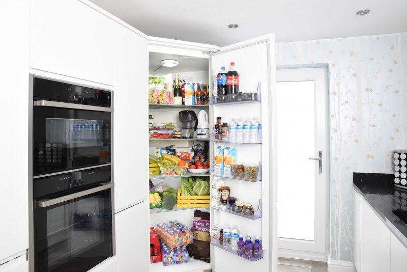 Großer Standkühlschrank, der optisch in die Küche integriert wurde.