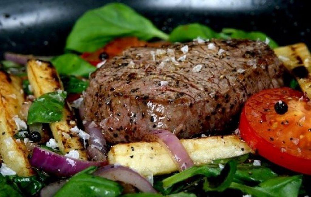 Steak mit Gemüse als Beilage.