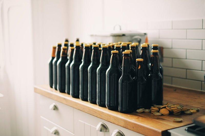 Abgefüllte Bierflaschen in der Küche