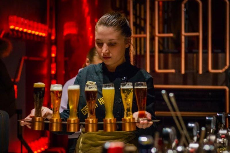 Diverse Biersorten beim Servieren