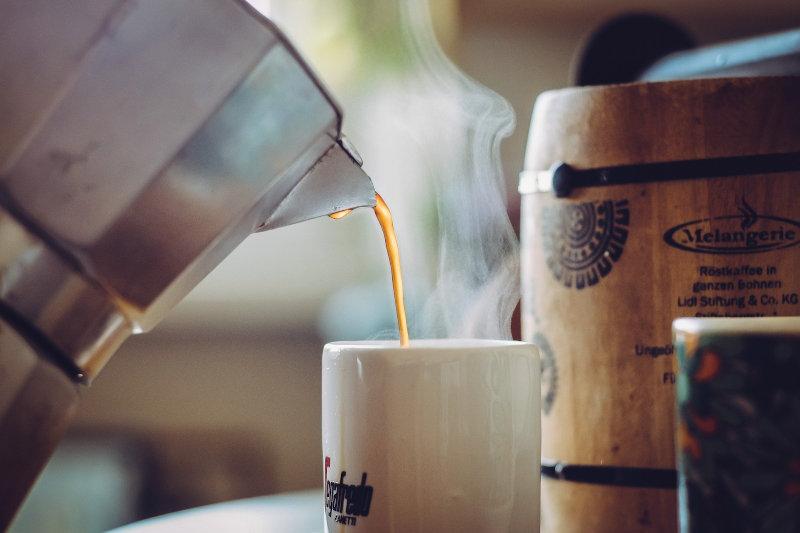 Espressokocher und Ausschank