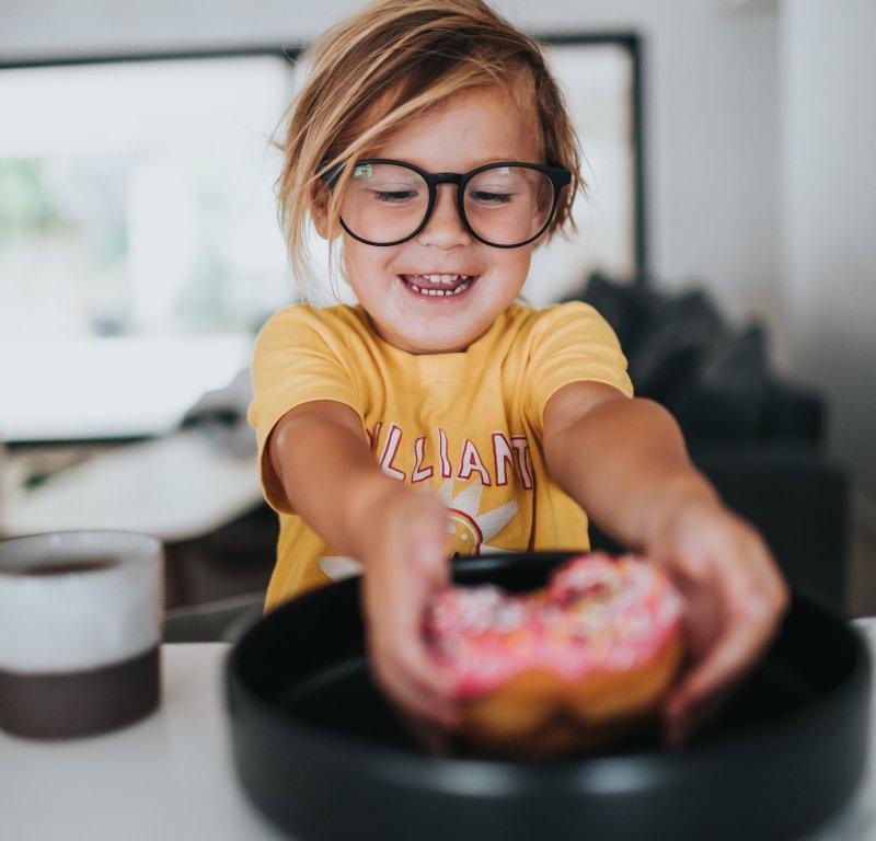 Glückliches Kind mit Donut