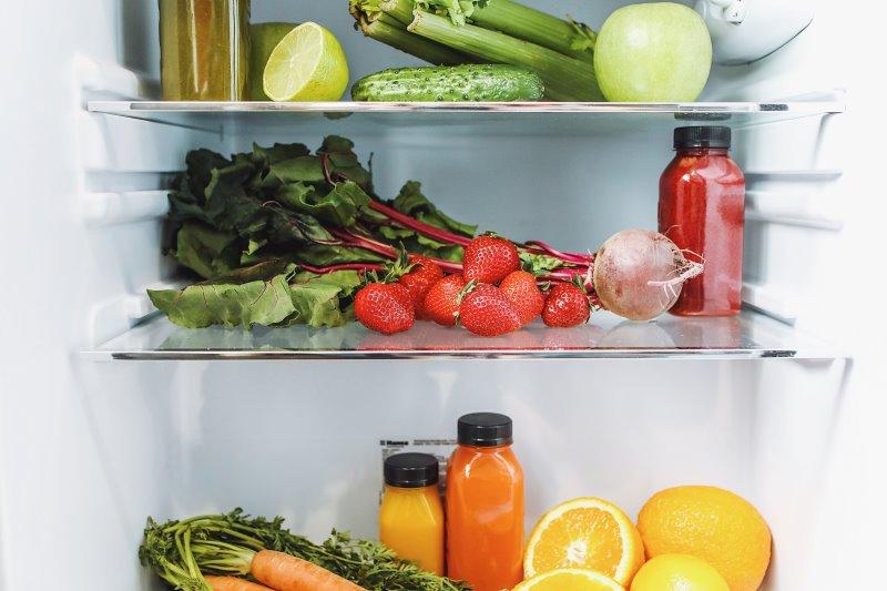 Lebensmittel in einer Kühlschrank Gefrierkombination