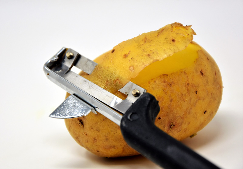 Längsschäler mit Kartoffel