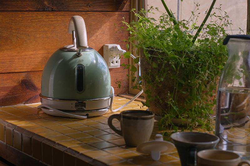 Wasserkocher im Retrolook in einer Küche