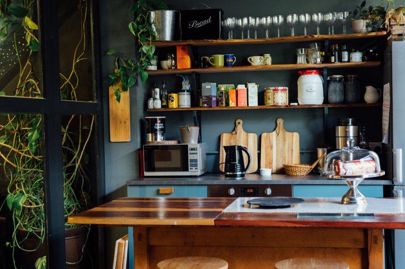Mini Mikrowelle steht in einer vollen Küche
