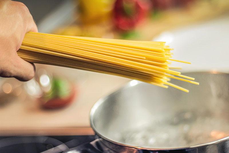 Spaghetti und ein Topf