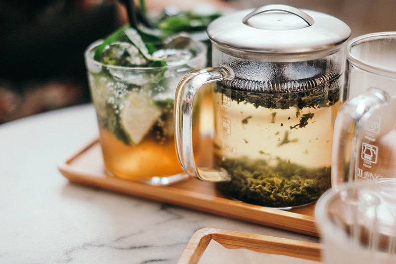 Tee in einem Kännchen