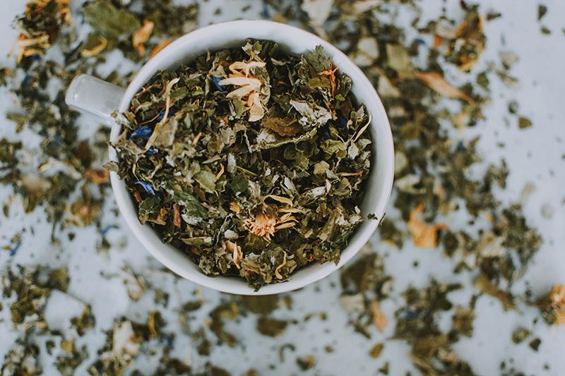 Teetasse mit losem Tee