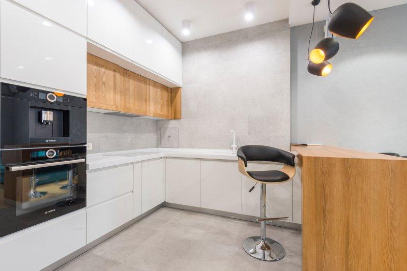 Autarker Backofen in einer weißen Küche.