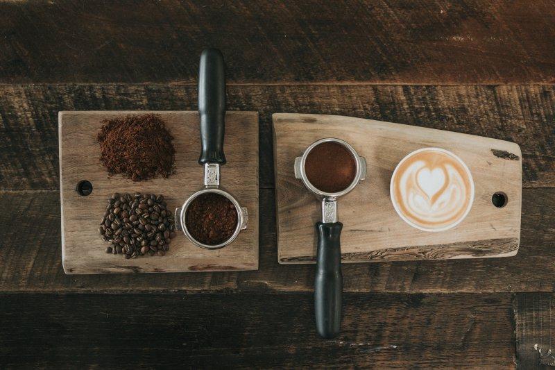 Cappuccino und Kaffeebohnen/pulver