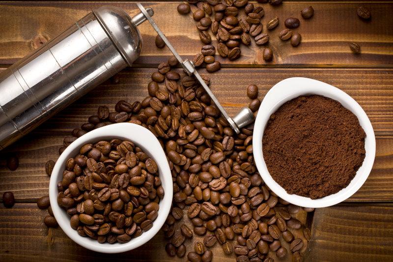 Handkaffeemühle aud Edelstahl mit Kaffeebohnen