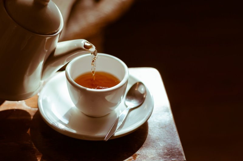 Eine Teekanne aus Keramik mit einer Teetasse auf dem Tisch