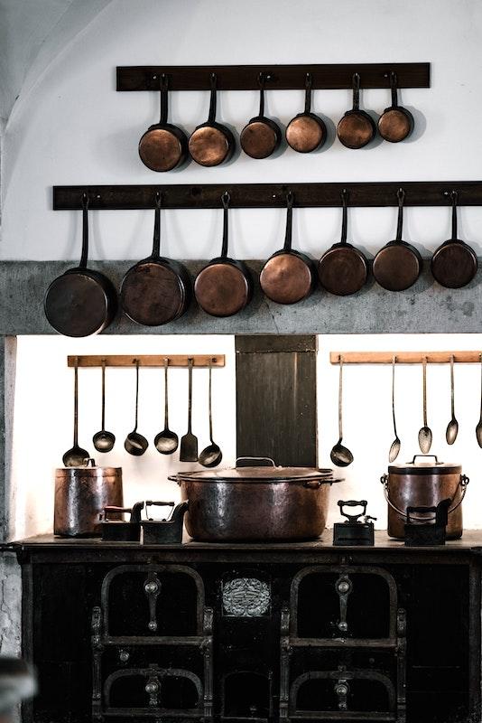 Vintage Kupferpfannen schön in alten Küche platziert.