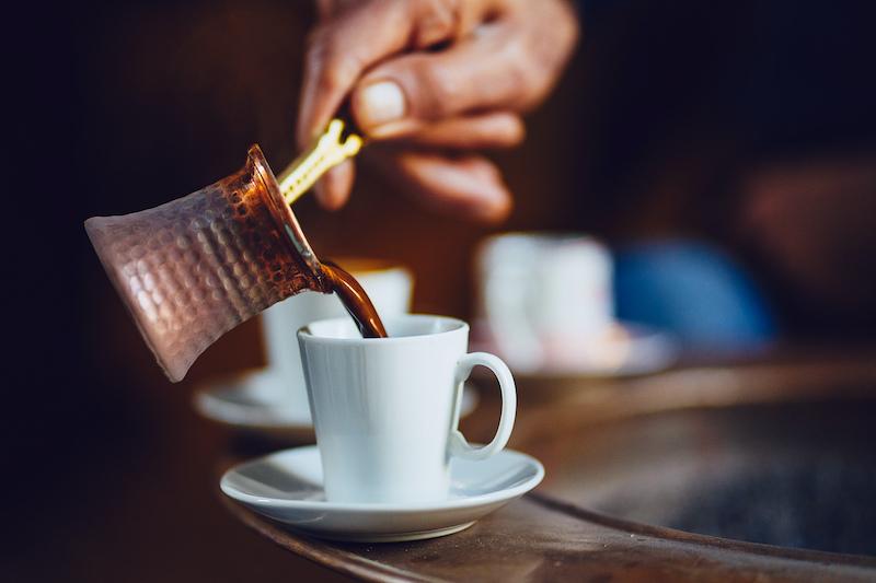 Türkischer Kaffee aus traditionellem Kupferkännchen