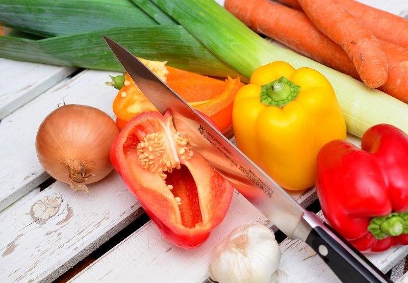 Gemüse, Obst, Fleisch und Fisch mit dem Schinkenmesser bearbeiten
